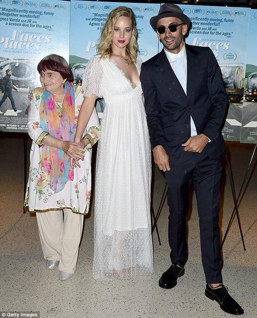 Дженнифер Лоуренс восхитила воздушным платьем с глубоким декольте - фото 81105