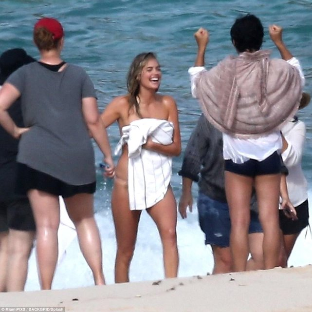 Кейт Аптон свалилась в море во время интимной съемки - фото 81500