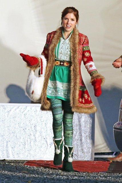 Анна Кендрик в образе дочери Санты Клауса - фото 85136