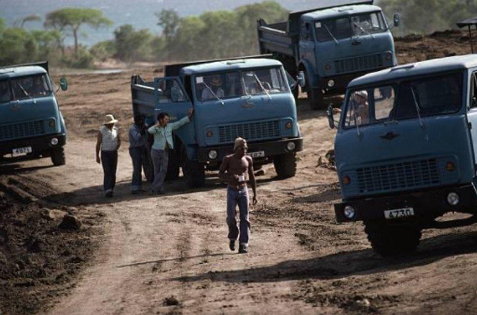Кубинцы на советских грузовиках пытаются строить в Гренаде социализм - фото 84951