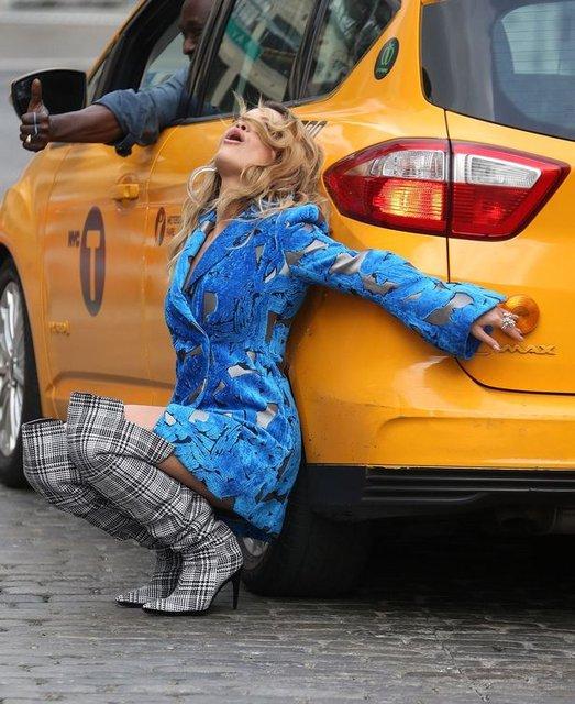 Рита Ора публично засветила нижнее белье в Нью-Йорке - фото 79401