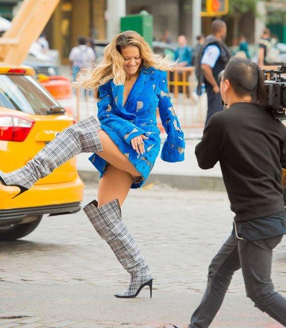 Рита Ора публично засветила нижнее белье в Нью-Йорке - фото 79399
