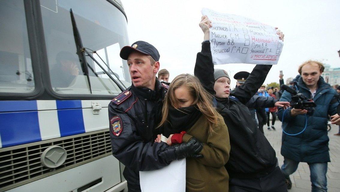 Участники акций в России требуют освободить Навального - фото 79659