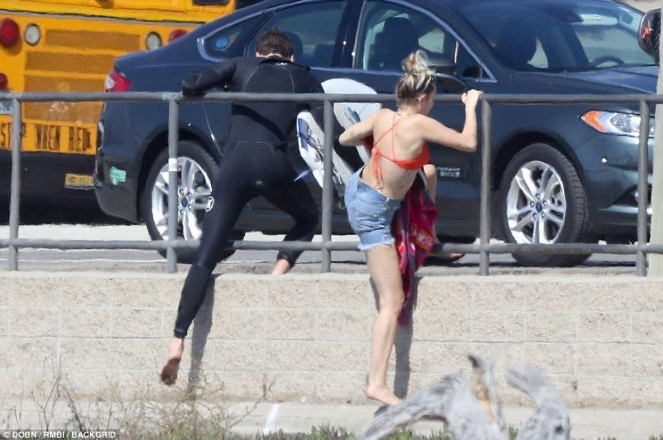 Майли Сайрус в бикини принимала солнечные ванны в Малибу - фото 82016