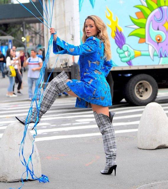 Рита Ора публично засветила нижнее белье в Нью-Йорке - фото 79400