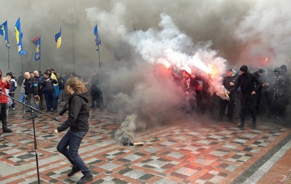 В центре Киева неизвестные громят офис популярной секты - фото 79064