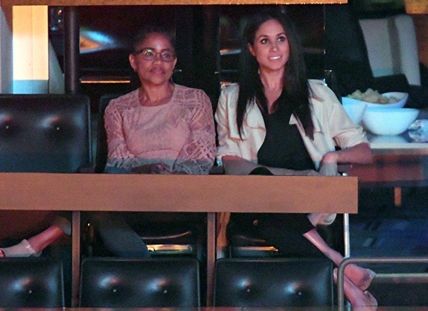 Принц Гарри очаровал маму Меган Маркл при знакомстве - фото 78929