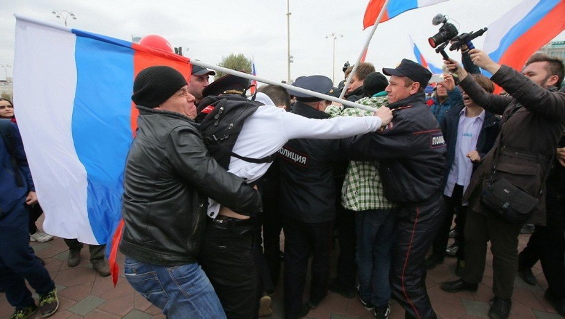 Участники акций в России требуют освободить Навального - фото 79661