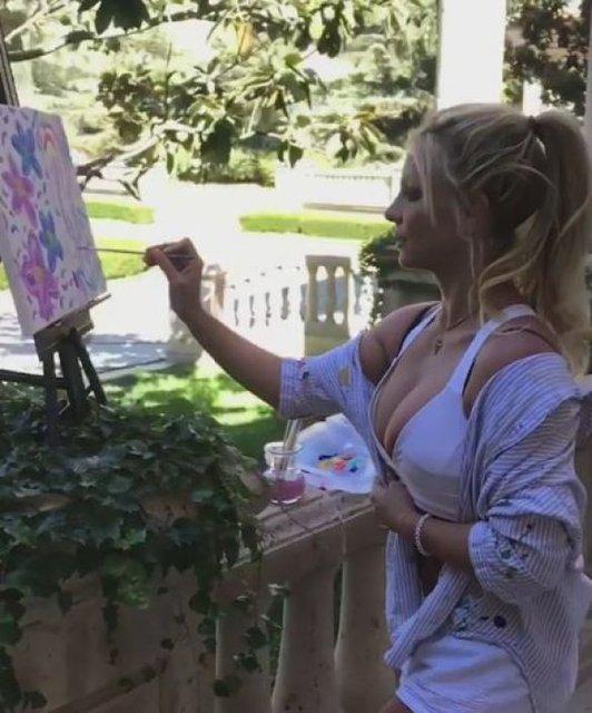 Бритни Спирс в воздушном белье засветила пышную грудь - фото 82037