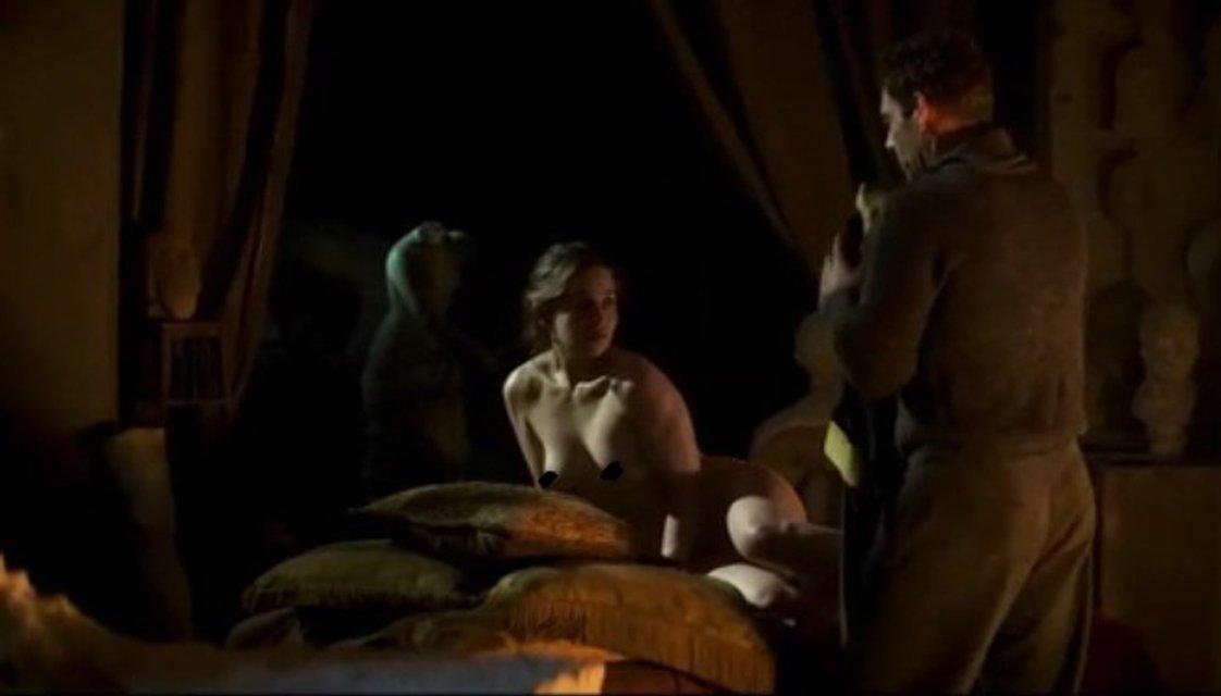 Эмилия Кларк полностью обнажилась в триллере Голос из камня - фото 92171