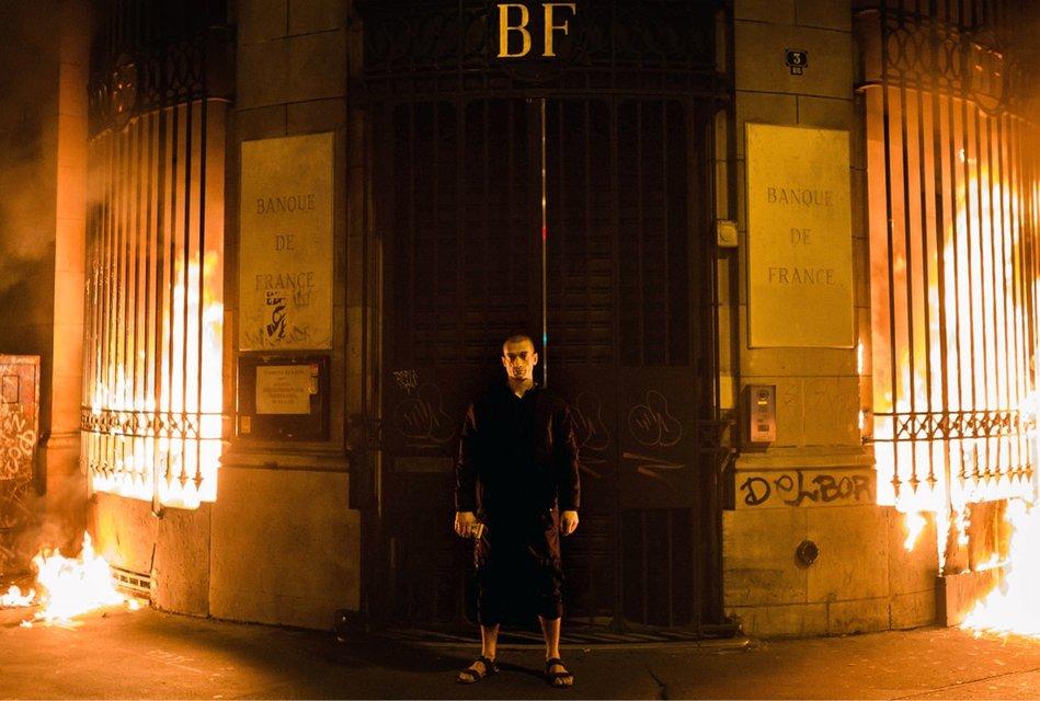Конфеты или импичмент: Femen разделись и устроили пожар у магазина Roshen (18+) - фото 86570