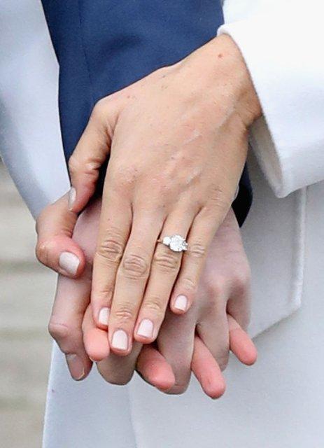 Меган Маркл похвасталась кольцом от принца Гарри - фото 93131