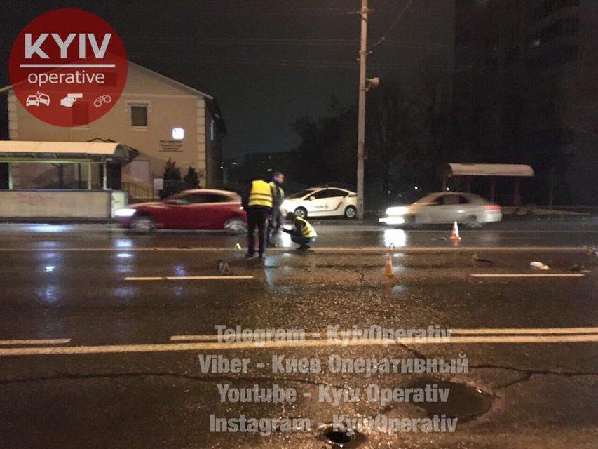 В Киеве Volkswagenнасмерть сбил пешехода и скрылся с места ДТП - фото 93192
