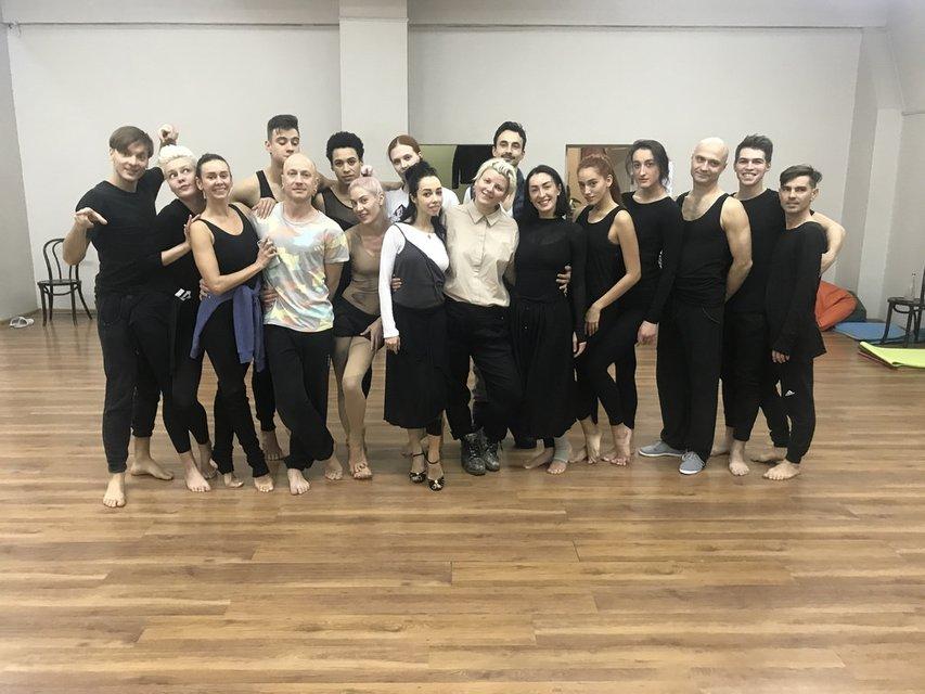 Екатерина Кухар с Леной Коляденко и участниками балета FREEDOM - фото 87601