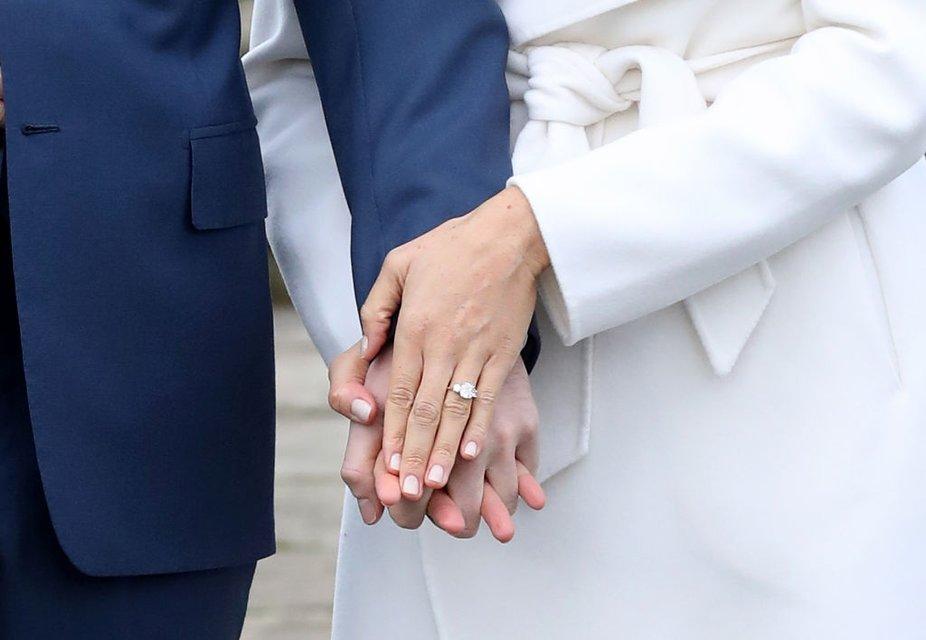 Меган Маркл похвасталась кольцом от принца Гарри - фото 93130