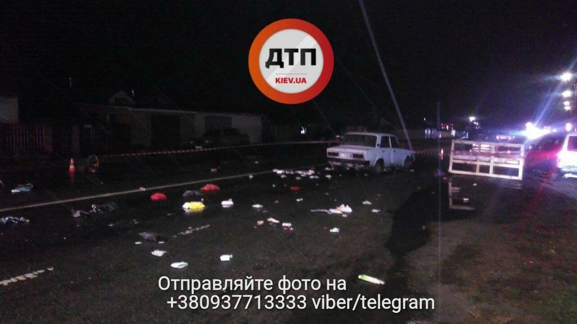 Под Киевом водитель на бешеной скорости сбил пешеходов и скрылся, есть погибшие - фото 93113