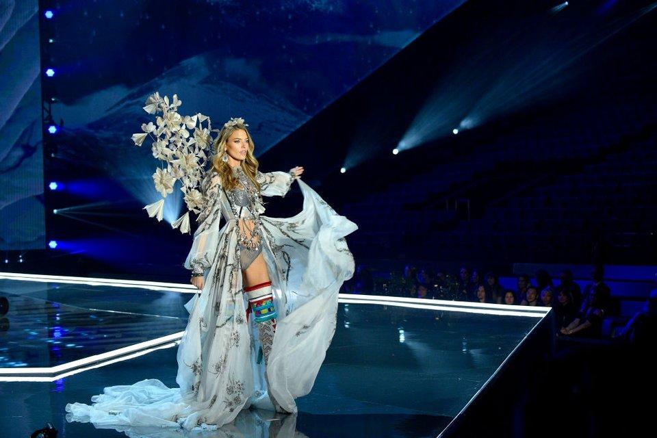 Показ Victoria's Secret: Модель рухнула на подиум, а Белла Хадид засветила грудь - фото 91630