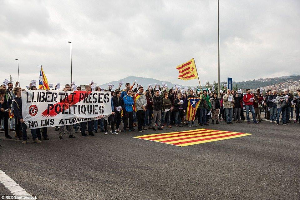 Испанские студенты устроили блокаду Каталонии - фото 87407