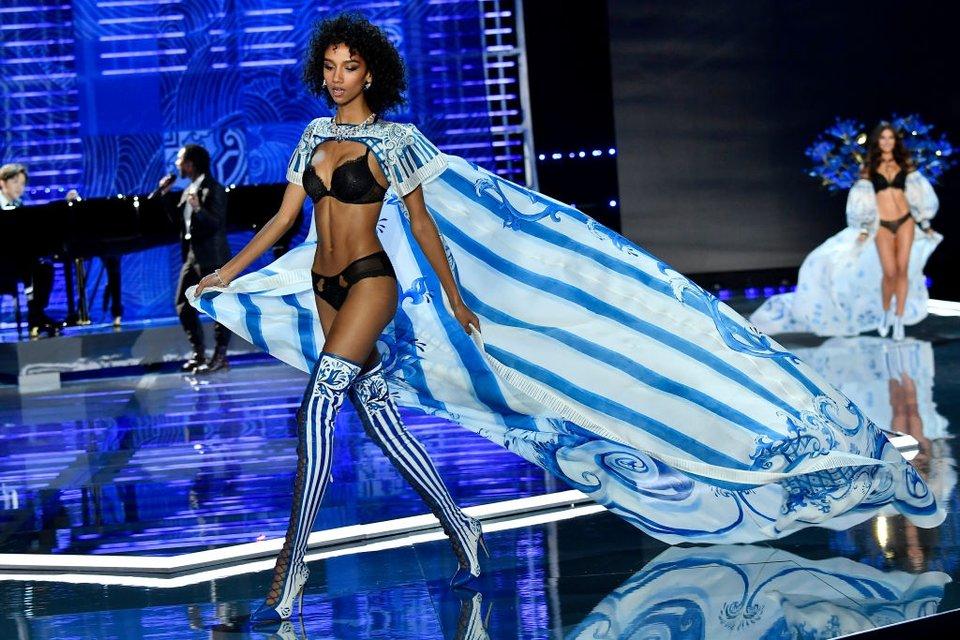Показ Victoria's Secret: Модель рухнула на подиум, а Белла Хадид засветила грудь - фото 91623