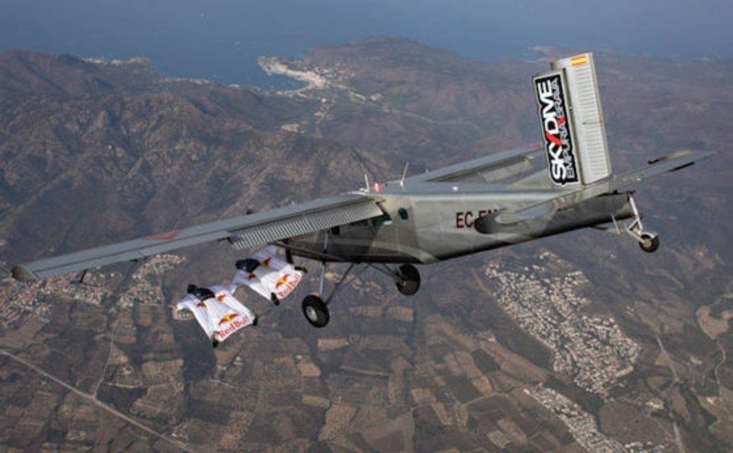 Экстремалы спрыгнули с горы и влетели в самолет на ходу ФОТО, ВИДЕО - фото 93659