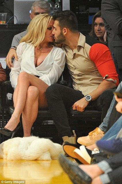 Бритни Спирс в глубоком декольте сладко целовалась со своим молодым бойфрендом на матче - фото 93968