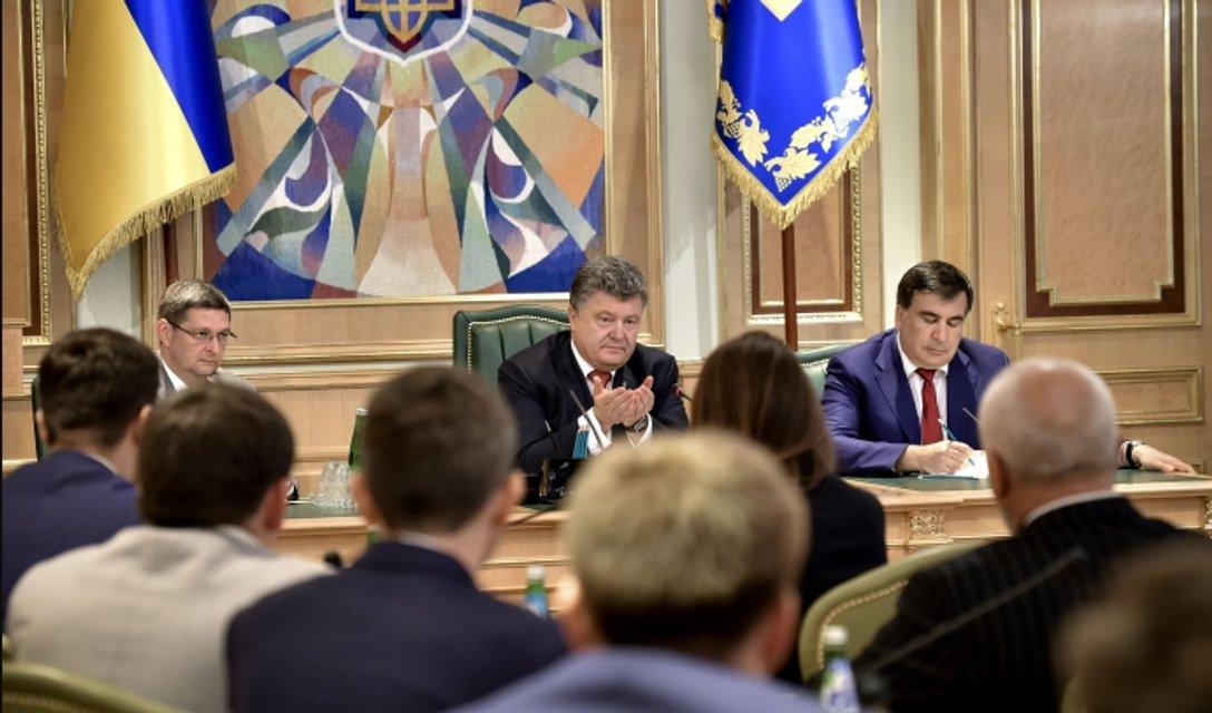 У нас на районе: Зачем Порошенко по-тихому отменил конкурсы для чиновников - фото 90621