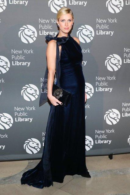 Беременная Ники Хилтон скрыла округлившийся живот элегантным платьем - фото 88742