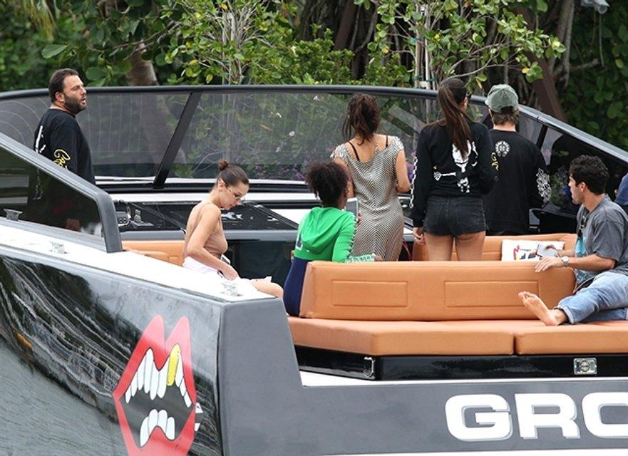 Белла Хадид отрывается в компании подруг и Дэвида Грутмана в Майами (фото) - фото 93427