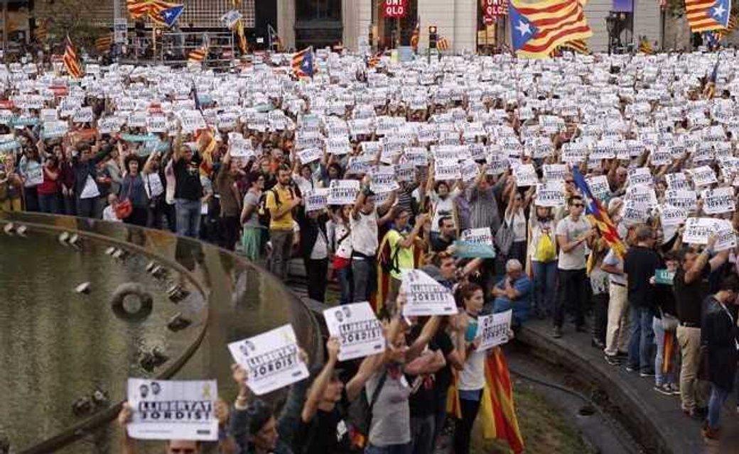 Испанские студенты устроили блокаду Каталонии - фото 87408