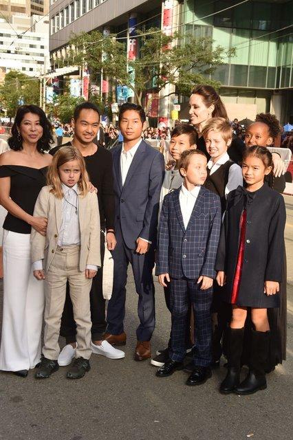 Анджелина Джоли хочет помириться с Брэдом Питтом - фото 93851