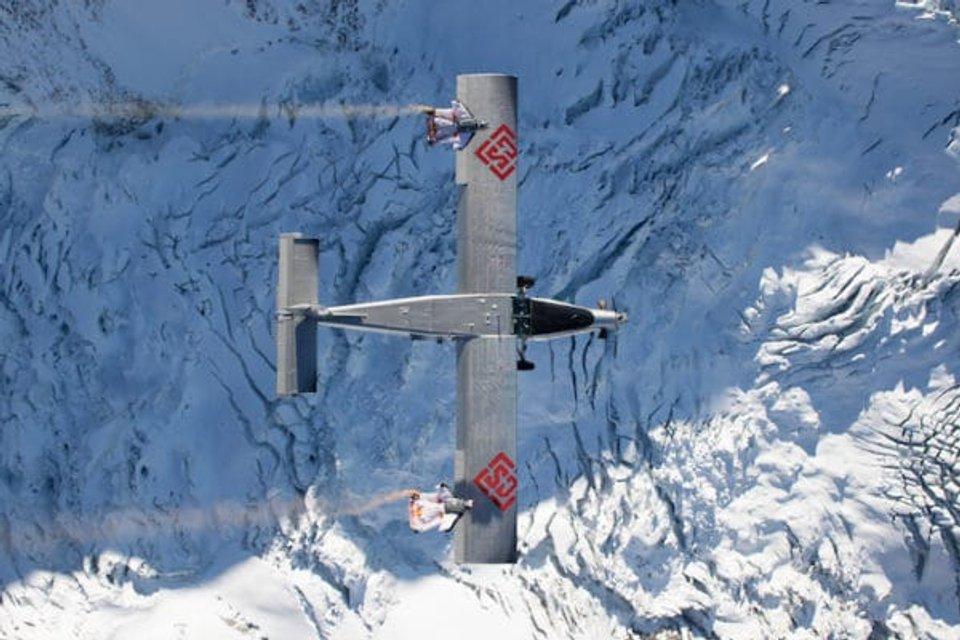 Экстремалы спрыгнули с горы и влетели в самолет на ходу ФОТО, ВИДЕО - фото 93658
