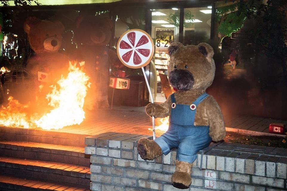 Конфеты или импичмент: Femen разделись и устроили пожар у магазина Roshen (18+) - фото 86557