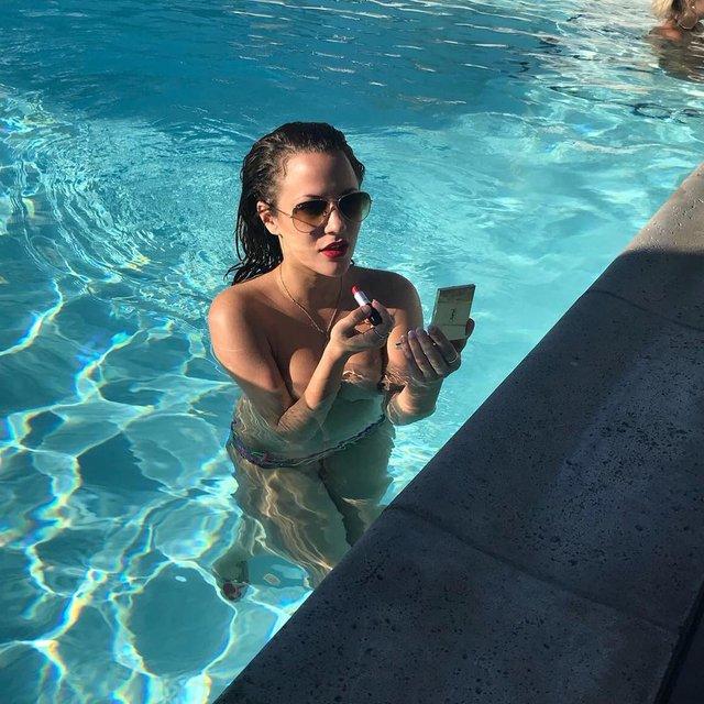 Известная телеведущая топлес искупалась в бассейне, 18+ - фото 90456