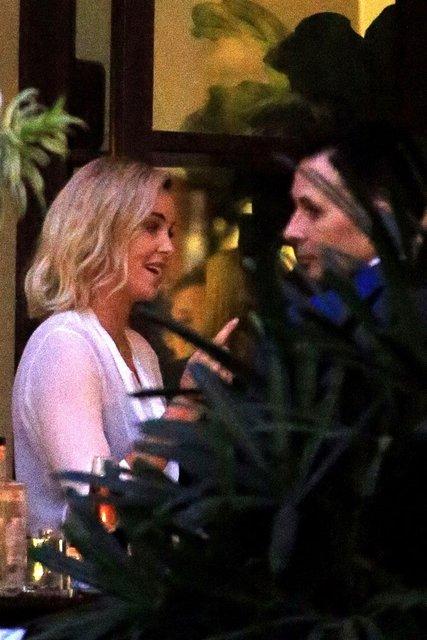 Шарлиз Терон застукали во время свидания с незнакомцем - фото 90706