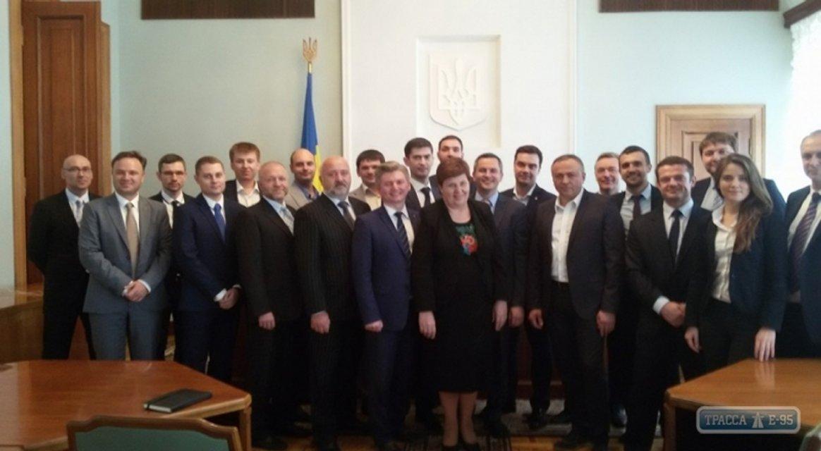У нас на районе: Зачем Порошенко по-тихому отменил конкурсы для чиновников - фото 90622