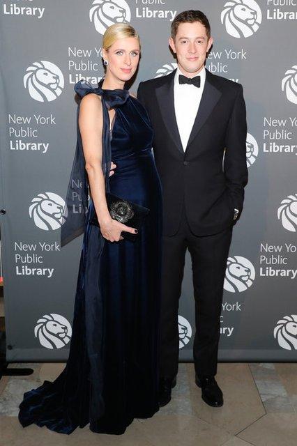 Беременная Ники Хилтон скрыла округлившийся живот элегантным платьем - фото 88743