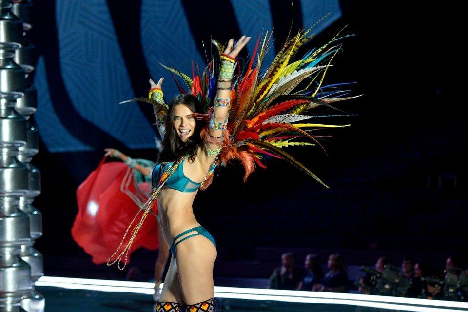 Показ Victoria's Secret: Модель рухнула на подиум, а Белла Хадид засветила грудь - фото 91622