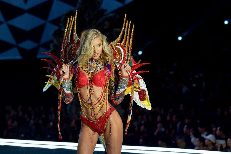 Показ Victoria's Secret: Модель рухнула на подиум, а Белла Хадид засветила грудь - фото 91632