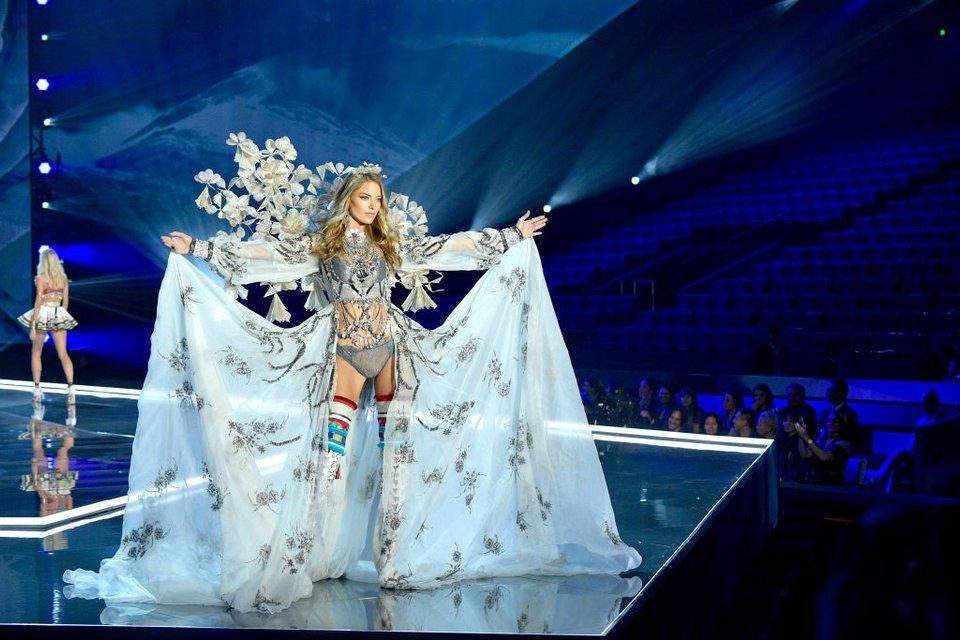 Показ Victoria's Secret: Модель рухнула на подиум, а Белла Хадид засветила грудь - фото 91627