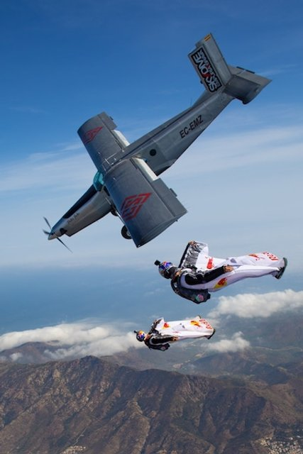 Экстремалы спрыгнули с горы и влетели в самолет на ходу ФОТО, ВИДЕО - фото 93657