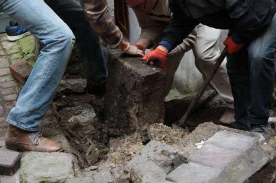 В центре Львова под брусчаткой обнаружили еврейские надгробия - фото 92515