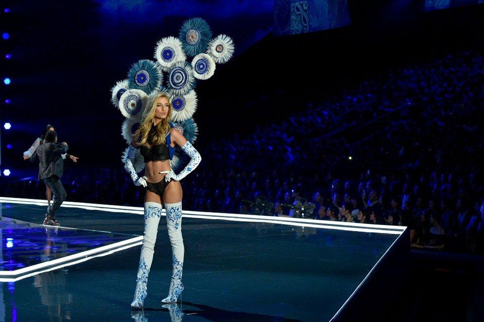 Показ Victoria's Secret: Модель рухнула на подиум, а Белла Хадид засветила грудь - фото 91633
