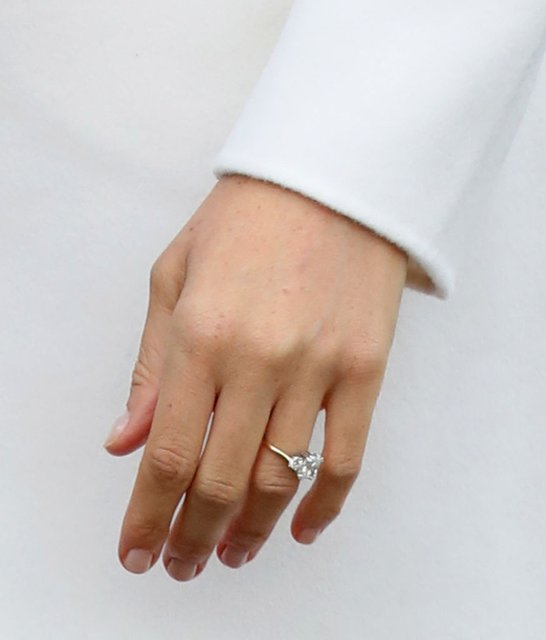 Меган Маркл похвасталась кольцом от принца Гарри - фото 93125