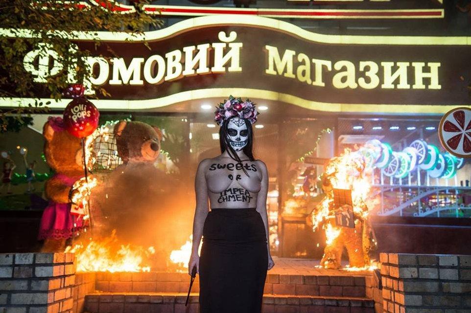 Конфеты или импичмент: Femen разделись и устроили пожар у магазина Roshen (18+) - фото 86561
