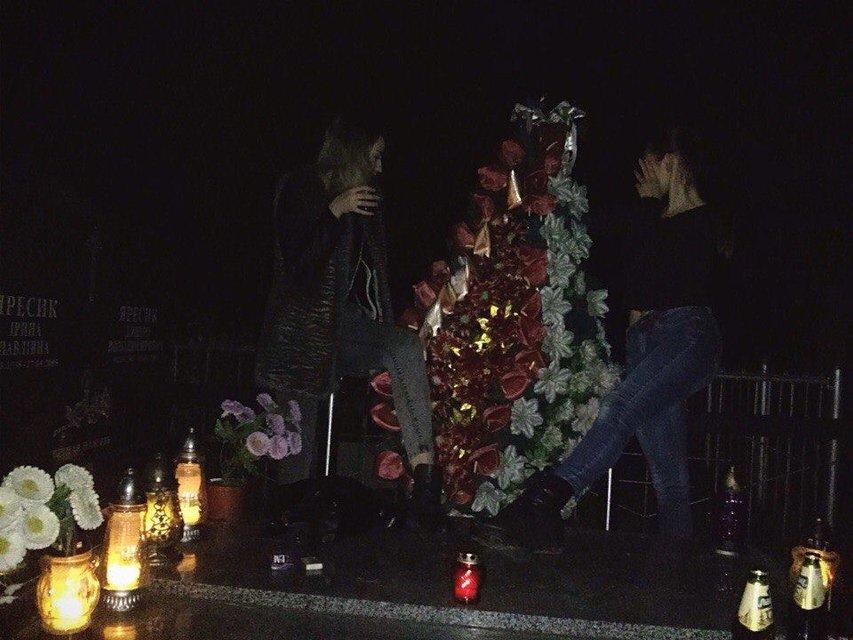 Девушки развлекались на могиле - фото 89621