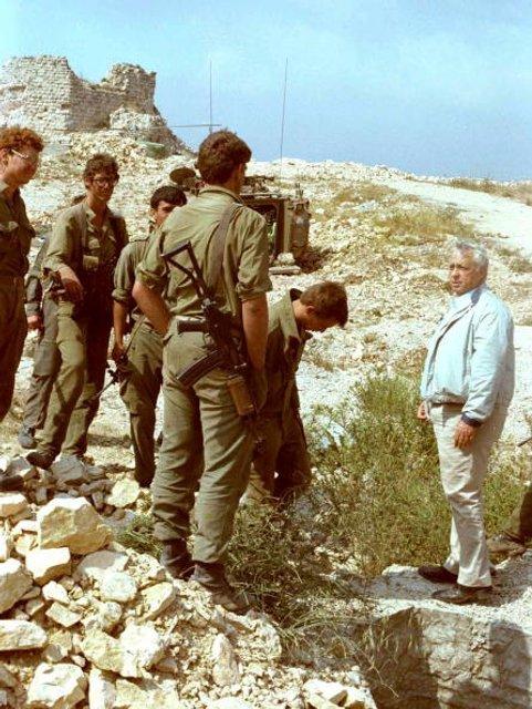 Министр обороны Израиля Ариэль Шарон инспектирует войска - фото 90113