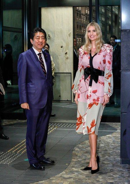 Иванка Трамп в ярком платье сходила в ресторан с премьер-министром Японии - фото 87521