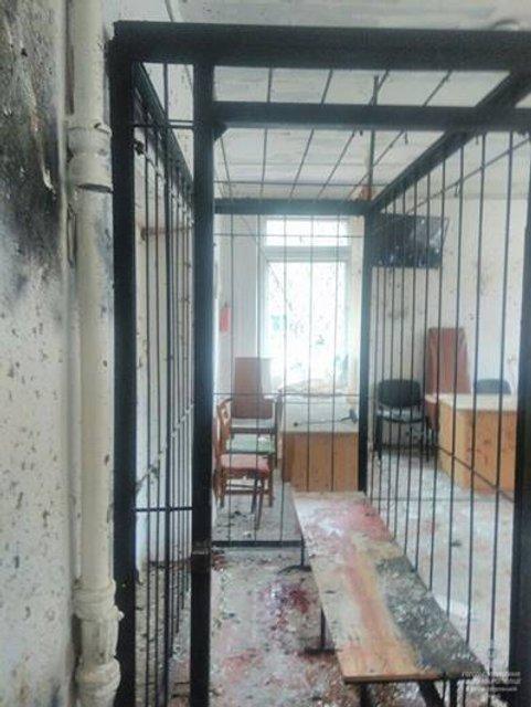 В суде Никополя взорвали гранату, есть жертвы - фото 93912