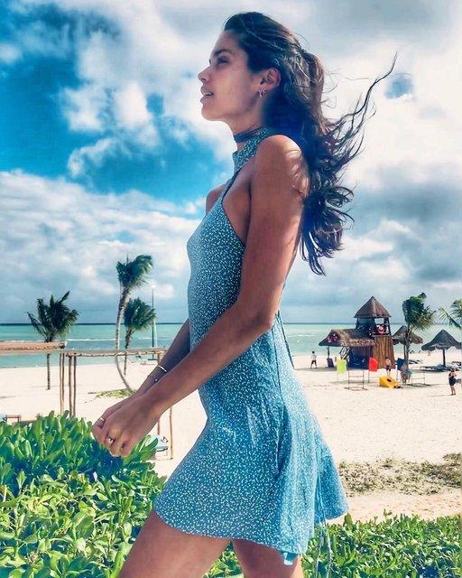 Сара Сампайо в платье на голое тело похвалилась фигурой на отдыхе - фото 98298