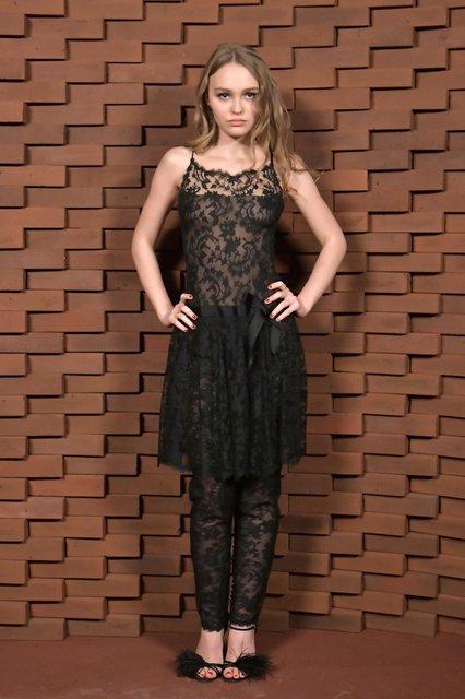 Дочь Джонни Деппа засветила грудь в прозрачном платье без белья - фото 95720